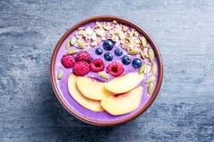 Desayuno sano con el smoothie delicioso del acai imagenes de archivo
