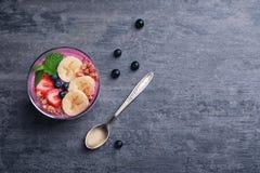 Desayuno sano con el smoothie delicioso del acai Fotos de archivo libres de regalías