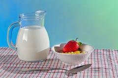 Desayuno sano con el wilk y los copos de maíz Imagen de archivo libre de regalías