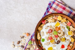 Desayuno sano con el yogur, el muesli y la fruta escarchada en cuenco de cerámica en el fondo de piedra Imágenes de archivo libres de regalías