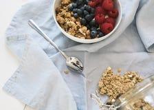Desayuno sano con el yogur, el granola y la fruta fotografía de archivo