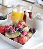 Desayuno sano con la fruta y el jugo Imágenes de archivo libres de regalías