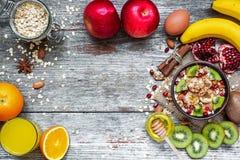 Desayuno sano con la harina de avena de la fruta, las frutas frescas y el jugo Fotografía de archivo