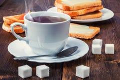 Desayuno sano con la taza de té, de pan, de mantequilla y de atasco Foto de archivo libre de regalías
