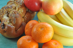 Desayuno sano con la torta y la fruta Foto de archivo libre de regalías