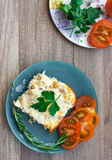 Desayuno sano con la tortilla y el tomate del pollo Imagenes de archivo