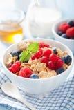 Desayuno sano con los copos de maíz y la baya Foto de archivo libre de regalías