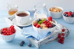 Desayuno sano con los copos de maíz y la baya Imagen de archivo