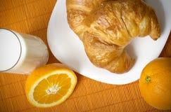 Desayuno sano con los croissants, la naranja y la leche Fotografía de archivo libre de regalías
