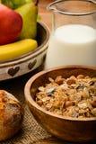 Desayuno sano con muesli, leche, frutas frescas y nueces Fotografía de archivo