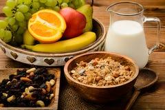 Desayuno sano con muesli, leche, frutas frescas y nueces Imagen de archivo libre de regalías