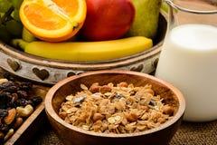 Desayuno sano con muesli, leche, frutas frescas y nueces Foto de archivo