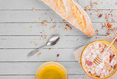 Desayuno sano con muesli y la miel Fotografía de archivo libre de regalías