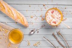 Desayuno sano con muesli y la miel Foto de archivo libre de regalías