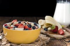 Desayuno sano (copos de maíz con las frutas) Imágenes de archivo libres de regalías