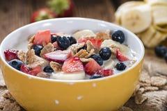 Desayuno sano (copos de maíz con las frutas) Imagen de archivo
