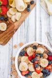 Desayuno sano (copos de maíz con las frutas) Foto de archivo libre de regalías