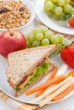 desayuno sano de la escuela con las frutas y verduras, verticales Fotografía de archivo libre de regalías
