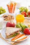 desayuno sano de la escuela con las frutas y verduras, verticales Foto de archivo