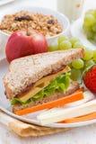 desayuno sano de la escuela con las frutas y verduras, verticales Imágenes de archivo libres de regalías
