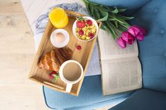Desayuno sano de la mañana en la opinión superior de la bandeja imagen de archivo