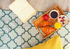 Desayuno sano de la mañana en la opinión superior de la bandeja imagen de archivo libre de regalías