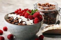 Desayuno sano del Granola con el yogur, el muesli y el berrie naturales fotografía de archivo