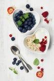 Desayuno sano del muesli, bayas con el yogur y semillas Imagen de archivo