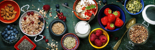 Desayuno sano del muesli, bayas con el yogur y semillas Fotos de archivo