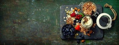 Desayuno sano del muesli, bayas con el yogur y semillas Foto de archivo libre de regalías