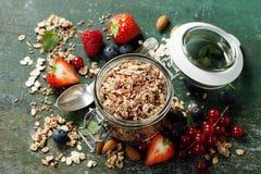 Desayuno sano del muesli, bayas con el yogur y semillas Foto de archivo