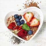Desayuno sano del muesli, bayas con el yogur y semillas Imágenes de archivo libres de regalías
