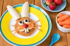 Desayuno sano divertido para los niños en Pascua Crepe del conejito de pascua en la placa amarilla imágenes de archivo libres de regalías
