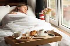 Desayuno sano en cama con café Fotos de archivo