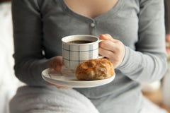 Desayuno sano en cama con café Fotos de archivo libres de regalías