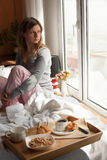 Desayuno sano en cama con café Foto de archivo libre de regalías