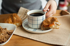 Desayuno sano en cama con café Imagenes de archivo