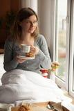 Desayuno sano en cama con café Foto de archivo
