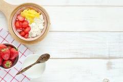 Desayuno sano en una tabla blanca Foto de archivo libre de regalías