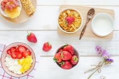 Desayuno sano en una tabla blanca Fotos de archivo libres de regalías