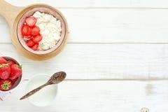 Desayuno sano en una tabla blanca Foto de archivo