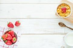 Desayuno sano en una tabla blanca Imagen de archivo libre de regalías