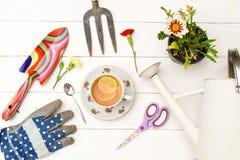 Desayuno sano entre las herramientas que cultivan un huerto foto de archivo