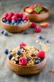 Desayuno sano fresco con el granola y las bayas, backgro de madera Fotos de archivo libres de regalías
