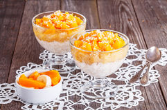 Desayuno sano, gachas de avena de la avena con la fruta Fotos de archivo