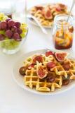 Desayuno sano: Galletas belgas con los higos, las uvas y el caramelo Fotos de archivo libres de regalías