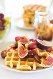 Desayuno sano: Galletas belgas con los higos, las uvas y el caramelo Fotos de archivo