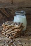 Desayuno sano - galletas con los cereales y la leche foto de archivo libre de regalías