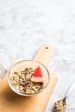 Desayuno sano: granola en cuenco imagen de archivo