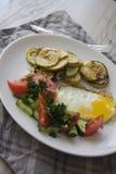 Desayuno sano: huevos fritos calientes y verduras cocidas foto de archivo libre de regalías